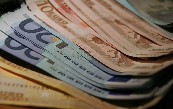 Центробанк установил праздничные курсы доллара иевро