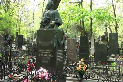 ВКиеве задержали похитителя бронзовых деталей смогилы Леси Украинки