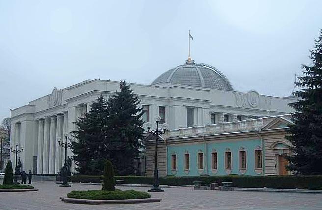 Под Радой жгли шины, милиция украинской столицы стянула 3800 служащих