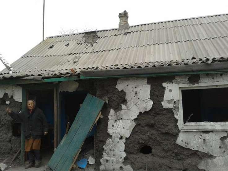 Боевики ДНР обстреляли Марьинку изтанков: появились фото разбитых домов